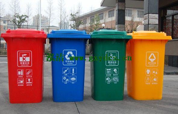 塑料垃圾桶的清洁优势   塑料垃圾桶加工起来比较的简单,使用拥有着节能的材料制作,在使用中,不仅仅降低了很多的成本,对于使用寿命的提升也有着完善的体现。更多的家居中,垃圾桶的使用也是极为的常见,例如:卧室、厨房、卫生间、客厅等等,到处都是有使用到,只是在更多的利用到的时候,平时生活中的节能环保也需要我们拥有着很好的体验意识。塑料垃圾桶对于更多的清洁上也有着完好的展现,我们习惯性的将垃圾扔入垃圾桶,对于现在很多的小孩,也会拥有着较好的教育意义,促使着在使用中也还是可以呈现出不同于材质中的使用方式。易于清洁也